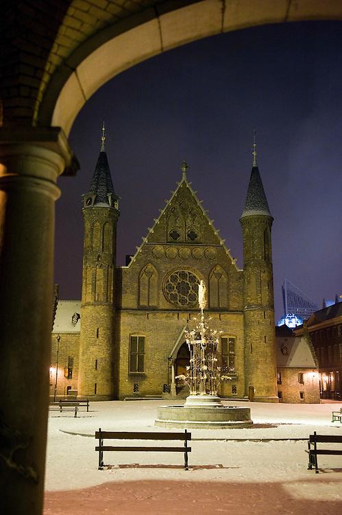 Nederland. Den Haag, 14 febr 2010.Het Binnenhof met de Ridderzaal 's avond en met een laagje sneeuw...Foto (c) Michiel Wijnbergh..