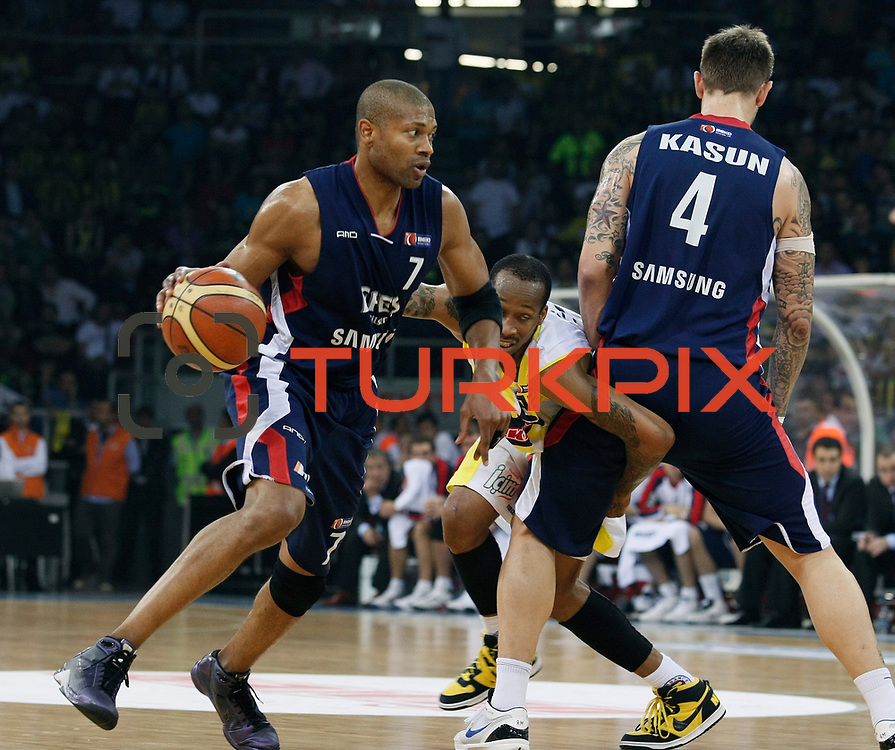 Fenerbahce Ulker's Tarence Anthony KINSEY (C) and Efes Pilsen's Charles SMITH (L) during their Turkish Basketball league Play Off Final fourth leg match Fenerbahce Ulker between Efes Pilsen at the Abdi Ipekci Arena in Istanbul Turkey on Thursday 27 May 2010. Photo by Aykut AKICI/TURKPIX