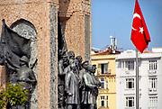 Turkije, Istanbul, 2-6-2015Turkse vlag hangt overal in de stad zoals hier op het Taksim plein, taksimplein, square .Midden op het Taksimplein staat het Cumhuriyet Anıtı-standbeeld. Dit standbeeld is gemaakt door de Italiaan Pietro Canonica, ter ere van de grondlegging van de Republiek Turkije. Het beeld is elf meter hoog en is gemaakt van steen en brons. De ene kant representeert de Republiek Turkije en de andere kant representeert de onafhankelijkheidsoorlog van Turkije die plaatsvond tussen 1919 en 1923. Aan de kant die naar het noorden wijst, staat Mustafa Kemal Atatürk met aan zijn zijde Ismet Inönü en Fevzi Çakmak, en achter deze drie het Turkse volk. Aan iedere zijkant van het standbeeld staat een soldaat met een medaillon met daarop twee vrouwelijke figuren.Foto: Flip Franssen