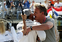 Formel 1: Grosser Preis der USA in Austin, Renntag / 231016<br /> <br /> ***Lewis Hamilton (GBR) Mercedes AMG F1 on the grid with Gordon Ramsey (GBR) Celebrity Chef.<br /> 23.10.2016. Formula 1 World Championship, Rd 18, United States Grand Prix, Austin, Texas, USA, Race Day.<br /> ***