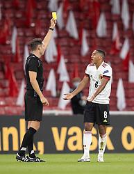 Youri Tielemans (Belgien) får en advarsel af dommer Sandro Schärer (Schweiz) under UEFA Nations League kampen mellem Danmark og Belgien den 5. september 2020 i Parken, København (Foto: Claus Birch).