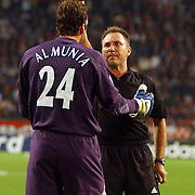 NLD/Amsterdam/20050927 - Champions League 2005, Ajax - Arsenal, gele kaart voor keeper Manuel Almunia van scheidsrechter Luis Medina Cantalejo