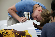 Het team loopt de VeloX 7 na. Het Human Power Team Delft en Amsterdam (HPT), dat bestaat uit studenten van de TU Delft en de VU Amsterdam, is in Amerika om te proberen het record snelfietsen te verbreken. In Battle Mountain (Nevada) wordt ieder jaar de World Human Powered Speed Challenge gehouden. Tijdens deze wedstrijd wordt geprobeerd zo hard mogelijk te fietsen op pure menskracht. Het huidige record staat sinds 2015 op naam van de Canadees Todd Reichert die 139,45 km/h reed. De deelnemers bestaan zowel uit teams van universiteiten als uit hobbyisten. Met de gestroomlijnde fietsen willen ze laten zien wat mogelijk is met menskracht. De speciale ligfietsen kunnen gezien worden als de Formule 1 van het fietsen. De kennis die wordt opgedaan wordt ook gebruikt om duurzaam vervoer verder te ontwikkelen.<br /> <br /> The Human Power Team Delft and Amsterdam, a team by students of the TU Delft and the VU Amsterdam, is in America to set a new world record speed cycling.In Battle Mountain (Nevada) each year the World Human Powered Speed Challenge is held. During this race they try to ride on pure manpower as hard as possible. Since 2015 the Canadian Todd Reichert is record holder with a speed of 136,45 km/h. The participants consist of both teams from universities and from hobbyists. With the sleek bikes they want to show what is possible with human power. The special recumbent bicycles can be seen as the Formula 1 of the bicycle. The knowledge gained is also used to develop sustainable transport.