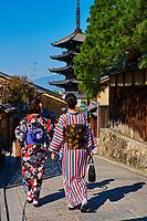 Japon, île de Honshu, région de Kansaï, Kyoto, Gion, ancien quartier des Geishas, Yasaka temple, jeunes femmes en kimono // Japan, Honshu island, Kansai region, , Kyoto, Gion, Geisha former area, Yasaka temple, young women in kimono