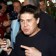 NLD/Bloemenaal/20050601 - Haringparty Showtime Noordzee FM, Martijn Krabbe eet een nieuwe haring