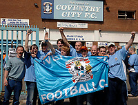 Photo. Glyn Thomas. <br /> Coventry City v Derby County. <br /> Coca Cola Championship. 30/04/2005.<br /> Coventry City fans arrive to celebrate their final match at Highfield Road.