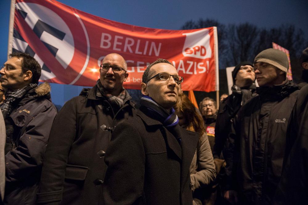 05 JAN 2015, BERLIN/GERMANY:<br /> Jan Stoess (L), SPD Landesvorsitzender Berlin, und Heiko Maas (R), SPD, Bundesjustizminister, auf der NoBaergida-Demo, der Demo des Buendnisses gegen Rassismus gegen die Demo der Pegida / Baergida, Berlin-Mitte<br /> IMAGE: 20150105-01-029<br /> KEYWORDS: NoBärgida, Bärgida, Demonstration, Protest, Jan Stöß, Gegendemo