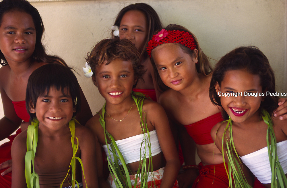 Polynesian girls, Mataiva, Tuamotus, French Polynesia (editorial use only, not model released)<br />