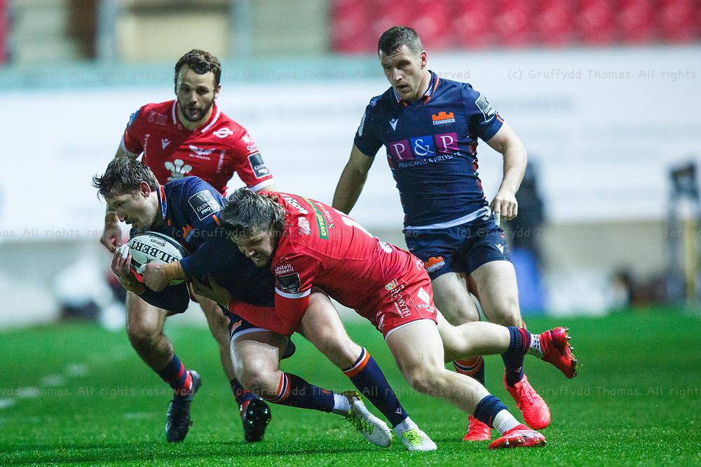 Llanelli, UK. 1 November, 2020.<br /> Scarlets winger Steff Evans tackles Edinburgh scrum half Henry Pyrgos the Scarlets v Edinburgh PRO14 Rugby Match.<br /> Credit: Gruffydd Thomas/Alamy Live News