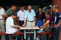 Chine, Pekin (Beijing), partie de Mah Jong dans le parc du Temple du Ciel // China, Beijing, Mah Jong (chinese chess) in the Temple of Heaven park,