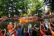 De boot met het elftal vaart door de singel, toegejuicht door duizenden fans. In Utrecht vieren supporters feest omdat het Nederlandse vrouwenvoetbalteam voor het eerst in de geschiedenis Europees kampioen geworden. De 'leeuwinnen' worden in park Lepelenburg in Utrecht gehuldigd.