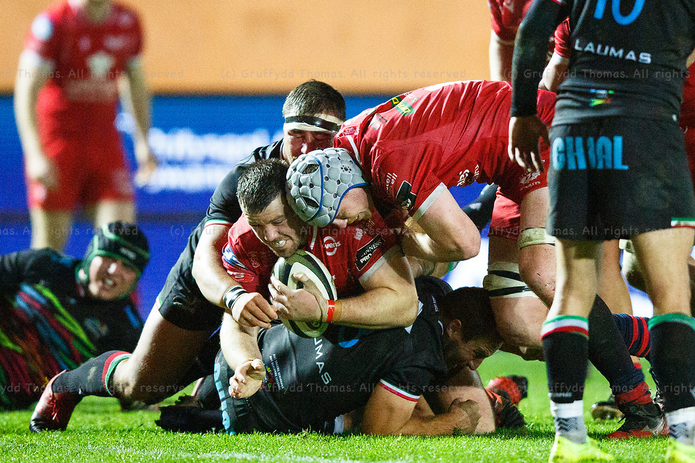 Llanelli, UK. 8 November, 2020.<br /> Scarlets prop Rob Evans tries to force his way over the try line during the Scarlets v Zebre PRO14 Rugby Match.<br /> Credit: Gruffydd Thomas/Alamy Live News