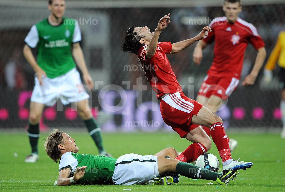 FUSSBALL  EUROPA LEAGUE  PLAY-OFF  SAISON 2009/2010    SV Werder Bremen - FK Aktobe              20.08.2009 Clemens FRITZ (li, Bremen) graetscht Ulugbek ASSANBAEV (re) ab.