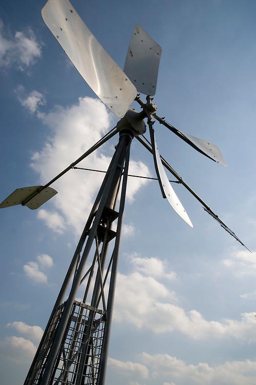Nederland, Muggenbeet, 13 juni  2009.Noord-west Overijssel. Muggenbeet omgeving.Windmolentje, watermolen om polder droog te malen..Foto (c) Michiel Wijnbergh