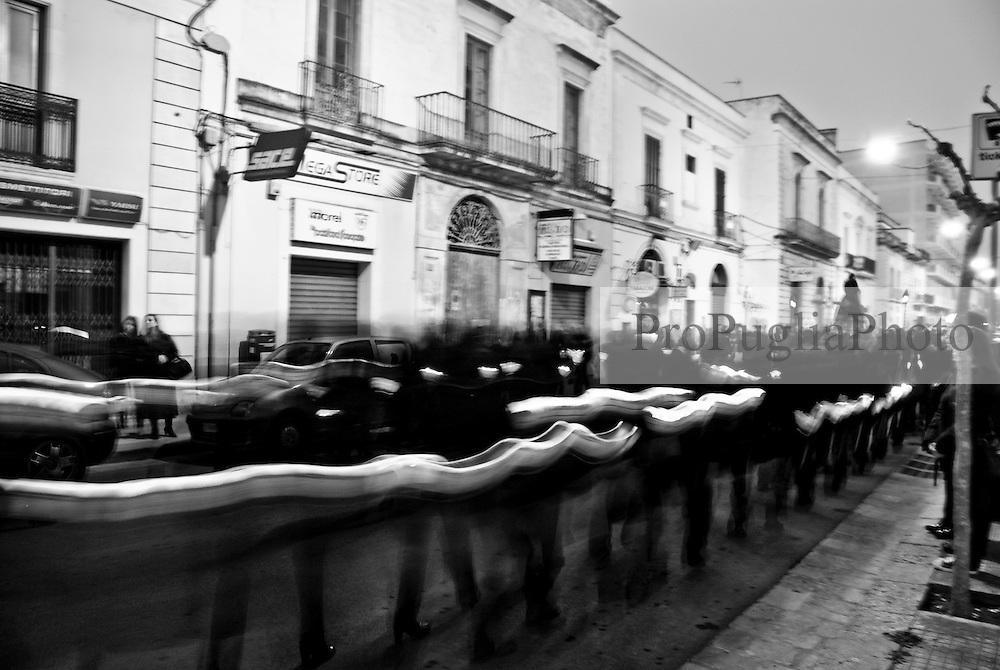 è l'alba, comincia lentamente la processione che si attraversa quasi tutta la città, dipanandosi lungo le strade con lento e mesto incedere