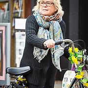 NLD/Amsterdam/20150416 - Herma Krabbe op de fiets in Amsterdam