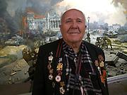 """Der 85 jährige ukrainische 2. Weltkriegs Veteran Ivan Dmitrievich Dunayev vor einem drei dimensionalen Diorama welches die Schlacht um den Reichstag in Berlin während des 2. Weltkriegs darstellt. Dunayev erreichte Berlin kurz vor der deutschen Kapitulation am 2. Mai 1945. Der Veteran ist mit einem Freund zur Siegesparade (9.Mai 2008) nach Moskau angereist. Fotografiert im Museum des Großen Vaterländischen Krieges in Moskau. Das Museum befindet sich auf dem Berg """"Poklonnaja Gora"""".<br /> <br /> The 85 years old Ukrainian WW II veteran Ivan Dmitrievich Dunayev infront of a three-dimensional model (diorama) showing the battle at the Berlin Reichstag 1945. Dunayev arrived at the 2nd of May 1945 to Berlin - a few days before Germany surrendered. Photographed at the Museum of the Great Patriotic War in Moscow at Poklonnaya Gora (Bowing Hill). The veteran travelled with a friend for the Victory Parade (09.05.2008) to Moscow."""