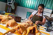 Oaxaca,mercato cittadino.Una ragazza al lavoro al banco dei polli.Oaxaca, market cittadino.Una girl working at the counter of chickens.