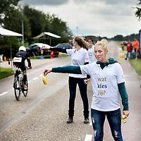 Nederland, Zeewolde (Almere) , 14 september 2013.<br /> Studenten van Windesheim Flevoland verzorgen de deelnemers tijdens de Challenge Almere-Amsterdam Triathlon d.m.v. het verstrekken van water en o.a. bananen op de diverse fietsposten.<br /> Foto:Jean-Pierre Jans
