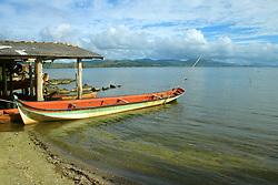 Canoa vermelha ancorada na lagoa de Ibiraquera no municipio de Imbituba, SC.<br /> <br /> FOTO: Jefferson Bernardes / Preview.com
