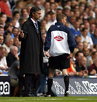 Fotball<br /> England 2005/2006<br /> Foto: SBI/Digitalsport<br /> NORWAY ONLY<br /> <br /> Tottenham v Chelsea<br /> The Barlcays Premiership.<br /> 27/08/2005.<br /> Jose Mourinho gives the thumbs up to his teams performance