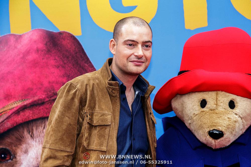 NLD/Amsterdam/20150208 - Filmpremiere  Paddington , Lange Frans met beertje Paddington