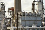 Nederland, Rotterdam, 28-1-2016Raffinaderij en opslagtanks van Lyondell chemie, olieverwerkende industrie, een terrein met opslagtanks voor olie. Rotterdam is in Europa de grootste importhaven en een van de grootste ter wereld voor overslag en raffinage van ruwe olie. De aangevoerde olie wordt voor ongeveer de helft gebruikt door raffinaderijen van Shell, BP, Esso, Exxon Mobil, Kuwait Petroleum, en Koch. De rest wordt per pijpleiding naar Vlissingen, Belgie en Duitsland overgeslagen.Foto: Flip Franssen