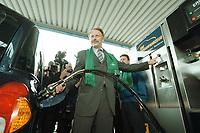 04 APR 2001, BERLIN/GERMANY:<br /> Juergen Trittin, B90/Gruene, Bundesumweltminister, befuellt ein Ergasfahrzeug mit dem Kraftstoff Erdgas, anlaesslich der Inbetriebnahme der Ersten Ersgas Zapfsaeule Berlins, Elf Tankstelle, Holzmarkt Str. 36<br /> IMAGE: 20010404-01/01-30<br /> KEYWORDS: Jürgen Trittin, Auto, Car, tanken