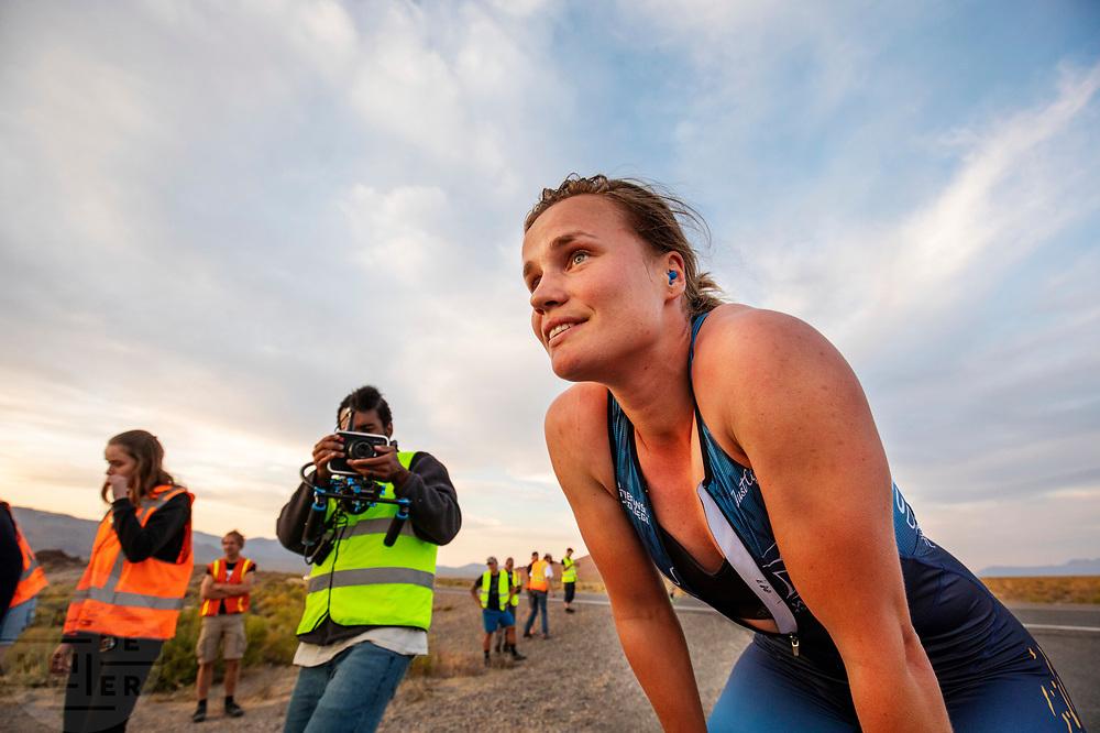 Rosa Bas rijdt een wereldrecord op de tweede racedag. Het Human Power Team Delft en Amsterdam, dat bestaat uit studenten van de TU Delft en de VU Amsterdam, is in Amerika om tijdens de World Human Powered Speed Challenge in Nevada een poging te doen het wereldrecord snelfietsen voor vrouwen te verbreken met de VeloX 9, een gestroomlijnde ligfiets. Het record is met 121,81 km/h sinds 2010 in handen van de Francaise Barbara Buatois. De Canadees Todd Reichert is de snelste man met 144,17 km/h sinds 2016.<br /> <br /> With the VeloX 9, a special recumbent bike, the Human Power Team Delft and Amsterdam, consisting of students of the TU Delft and the VU Amsterdam, wants to set a new woman's world record cycling in September at the World Human Powered Speed Challenge in Nevada. The current speed record is 121,81 km/h, set in 2010 by Barbara Buatois. The fastest man is Todd Reichert with 144,17 km/h.