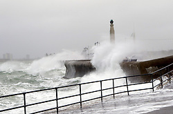 F6FN0K Portsmouth, Hampshire, UK. 17th November, 2015. GV of  Waves at High Tide Southsea Hampshire . With Storm Barney about to pass over the area. Shipping and Travel has been effected in the area due to the high winds. Wightlink and Hovertravel have suspended their services. © uknip/Alamy Live News