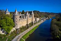 France, Morbihan (56), étape sur le chemin de Saint Jacques de Compostelle, village médiéval de Josselin, le château de Josselin de style gothique flamboyant, au bord de l'Oust // France, Morbihan (56), step on the way to Saint Jacques de Compostela, medieval village of Josselin, the flamboyant Gothic Style Josselin Castle at the edge of the Oust