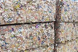 Pacotes de latas comprensadas em cooperrativa de reciclagem / Compressed can packages in a recycling co-operative