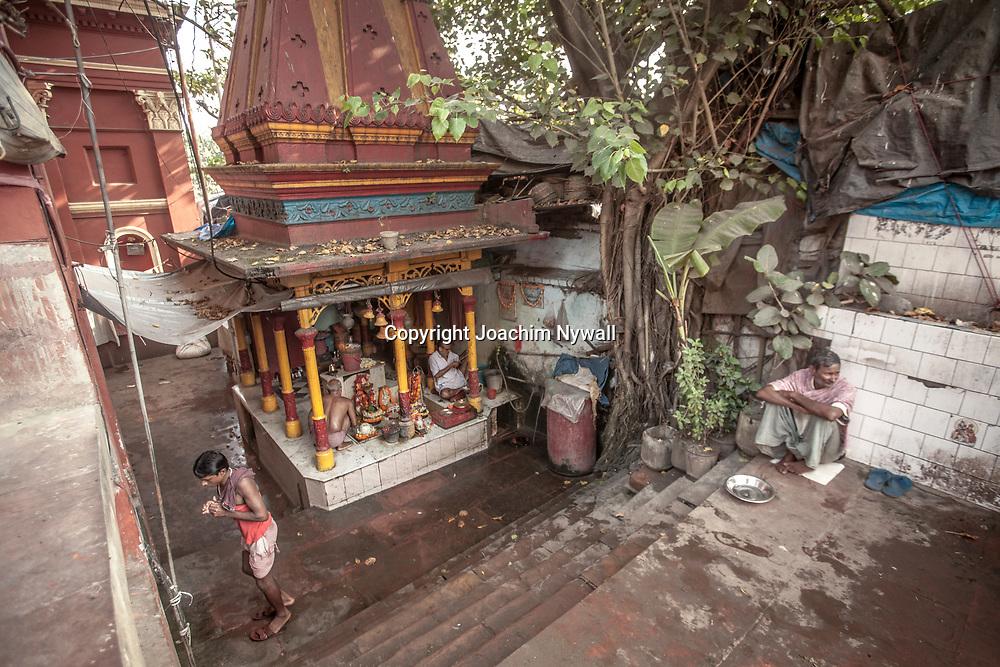 2014 10 29  Kolkata Calcutta <br /> West Bengal India Indien<br /> Malik Ghat  folkliv vid floden Hooghly eller morgon ritualer vid Ganges<br /> Tempel<br /> <br /> <br /> <br /> ----<br /> FOTO : JOACHIM NYWALL KOD 0708840825_1<br /> COPYRIGHT JOACHIM NYWALL<br /> <br /> ***BETALBILD***<br /> Redovisas till <br /> NYWALL MEDIA AB<br /> Strandgatan 30<br /> 461 31 Trollhättan<br /> Prislista enl BLF , om inget annat avtalas.