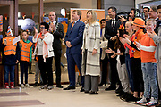 Koning Willem-Alexander en koningin Maxima bij basisschool De Vijfmaster tijdens de jaarlijkse Koningsspelen. //// King Willem-Alexander and Queen Maxima at elementary school De Fivemaster during the annual Royal Games.<br /> <br /> Op de foto / On the photo:   Koning Willem-Alexander en koningin Maxima / King Willem-Alexander and Queen Maxima