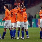 NLD/Amsterdam/20060301 - Voetbal, oefenwedstrijd Nederland - Ecuador, Nederlands elftal bedankt het publiek