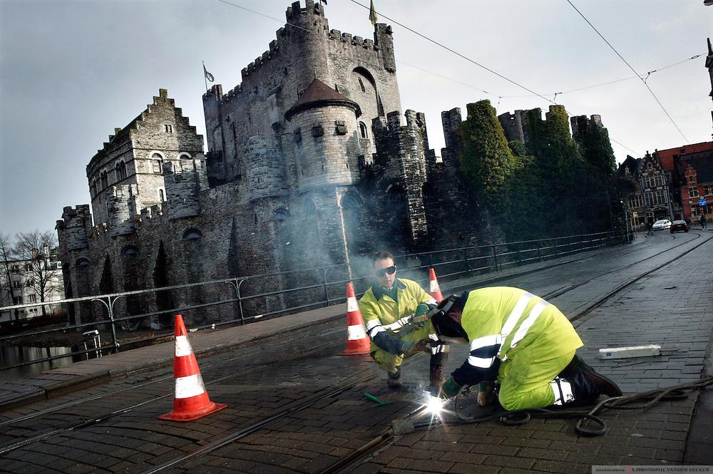 Ghent, Belgium, Feb 16, 2006, Workers at the old castle het Gravensteen. PHOTO  © Christophe VANDER EECKEN