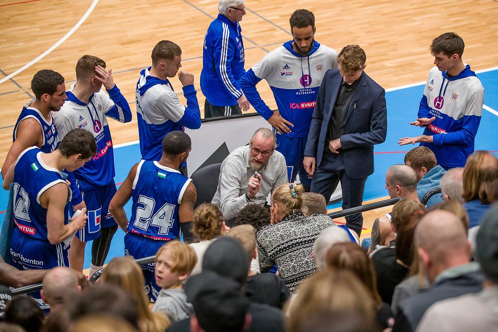 BASKETLIGAN 2019-11-18<br /> Jämtlands Coach Torbjörn Gehrke drar upp taktiska riktlinjer under måndagens match i basketligan mellan Jämtland Basket och Djurgården<br /> <br /> Foto: Per Danielsson/Projekt.P