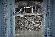 Una baracca costruita a pochi metri dal Tevere, sotto il ponte dell'industria noto anche come il ponte di Ferro. Roma, 1 marzo 2013. Christian Mantuano /  Oneshot