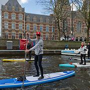 Amsterdam, 02-03-2014.  In de aanloop naar de HISWA Amsterdam Boat Show heeft de organisatie van de watersportbeurs vandaag de HISWA SUP Tocht georganiseerd.  Aan de 'Stand Up Paddling' tocht door de Amsterdamse grachten deed een recordaantal van ruim  200 'suppers' mee, waaronder diverse internationale deelnemers en bekende Nederlandse suppers, zoals Stephan van den Berg. <br /> Om 11.00 uur vertrok de groep suppers vanuit de RAI Haven voor een tocht van 7 km over de Amsterdamse grachten en weer terug naar Amsterdam RAI. Niet eerder waren zo veel suppers tegelijkertijd te vinden op de Amsterdamse grachten, zeker niet in de winter. Op de foto met rode pet en grijze sweatshirt Stephan van den Berg.