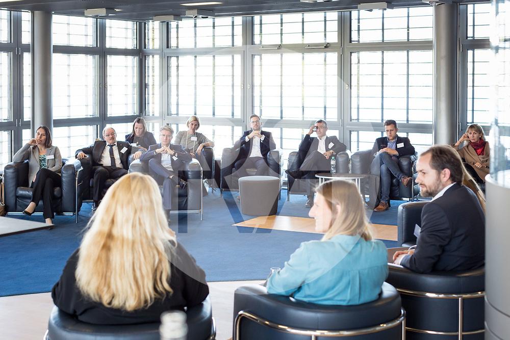 SCHWEIZ - LUZERN - SwissMediaForum 2018 im KKL, hier die Break-out Session 3 'Warum wechseln so viele junge Journalisten in die Kommunikation?' L-R Lydia Zollinger, HR NZZ; Fiona Endres, Rundschau SRF;  Joel Weibel, Eidg. Steuerverwaltung; und Manuela Paganini, Moderation; Organisiert von Junge Journalisten Schweiz - 27. September 2018 © Raphael Hünerfauth - http://huenerfauth.ch