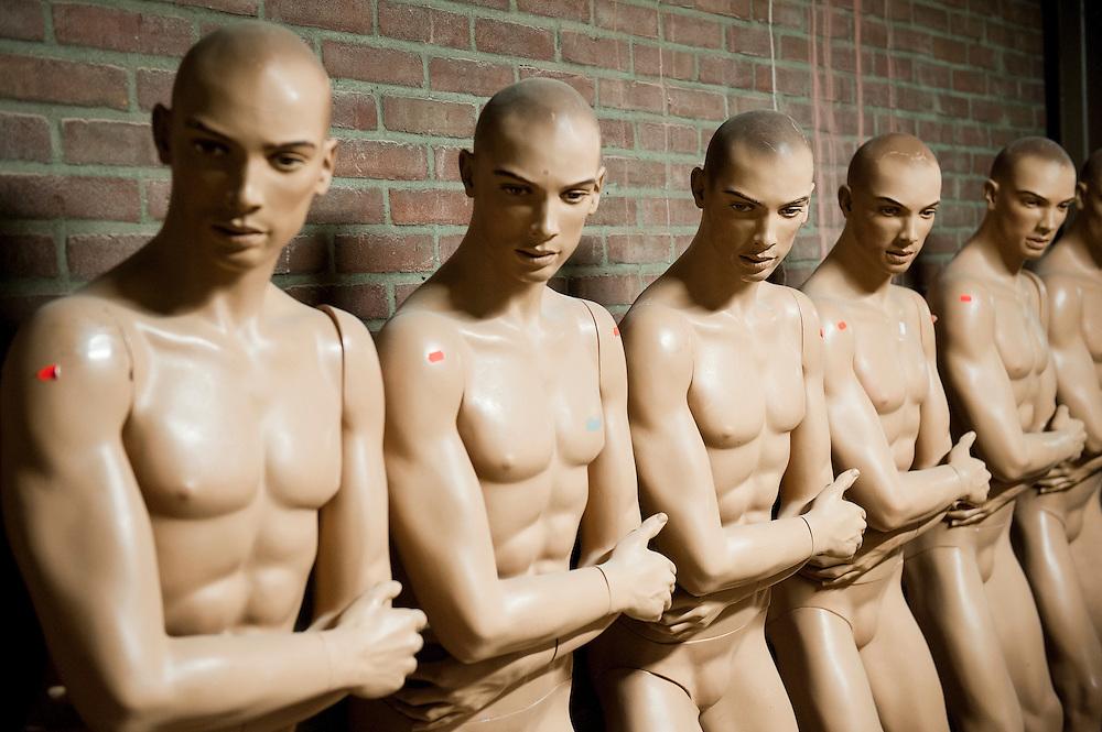 Nederland, Driebergen, 20 nov  2011.Naakte mannelijke etalagepoppen bij een handelaar in tweedehands mannequins..Foto(c): Michiel Wijnbergh
