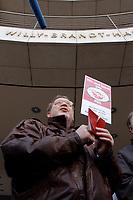 18 JAN 2002, BERLIN/GERMANY:<br /> Dietrich Neugebauer, SPD Mitglied aus Berlin zerschneidet aus Protest gegen die SPD/PDS Koalition im Berliner Abgeordnetenhaus sein Parteibuch vor dem Willy-Brandt-Haus<br /> IMAGE: 20020118-01-008<br /> KEYWORDS: Sozialdemokraten, Parteibuch, Parteimitglied, Demonstration