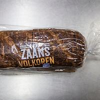 Nederland, Amsterdam, 23 november 2016.<br />Volkoren brood test bij Hartog's Volkorenbakkerij, Wibautstraat 77 te Amsterdam met:<br />Peter van de Ploeg<br /> Heeft eigen bakkerij in Callantsoog<br /> Bart Schuitemaker<br /> Is baktechnisch adviseur<br /> Jari Hendriks<br /> ROC leerling broodbakker<br /> Fred Tiggelman<br /> Eigenaar Hartog's Volkorenbroodbakkerij<br /> <br /><br /><br />Foto: Jean-Pierre Jans