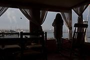Alejandra mira desde su ventana las industrias que se encuentran frente al mar. Su madre, Margarita Pereira, sufre de cáncer pulmonar. <br /> <br /> Chile, Ventanas, 25 de septiembre del 2018