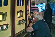 """Kraków, 2018-09-06. Fotoplastikon, fragment stałej ekspozycji. Fabryka """"Emalia"""" Oskara Schindlera – fabryka założona w 1937 jako miejsce produkcji wyrobów emaliowanych i blaszanych. Wydzierżawiona, a potem przejęta przez niemieckiego przedsiębiorcę Oskara Schindlera w 1939, Schindler zatrudniał w niej zagrożonych eksterminacją Żydów. Aktualnie w dawnym budynku administracyjnym Fabryki Emalia Oskara Schindlera przy ul. Lipowej 4 mieści się wystawa """"Kraków – czas okupacji 1939–1945"""" dokumentującej okres niemieckiej okupacji miasta w latach 1939-1945."""