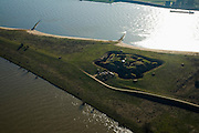 Nederland, Gelderland, Doornenburg (Gemeente Lingewaard), 11-02-2008; het voormalig Fort Pannerden strategisch gelegen op de Pannerdensche Kop, op dit punt splitst de Rijn: onder het Pannerdensch Kanaal, boven de Waal; de landtong heet Klompenwaard.sperfort, kazemat, leger, verdediging, defensie..luchtfoto (toeslag); aerial photo (additional fee required); .foto Siebe Swart / photo Siebe Swart