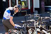 In Utrecht noteert een fietskoerier een nieuwe order.<br /> <br /> In Utrecht a bike courier is noting a new order.