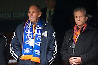 Bjarne Haagensen (t.v.) og Kjell Tennfjordv (t.h.) på tribunen under cupfinalen i fotball for menn mellom Brann og Aalesund på Ullevaal Stadion i Oslo søndag ettermiddag.
