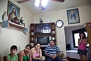 AOUT/SEPTEMBRE 2012. LIban. Reportage sur Le Liban inter-confessionnel et les attentes des chretiens d'Orient avant la venue du pape Benoit XVI (14/15/16 Septembre 2012). 31 août 2012. Sud-Liban. Reportage dans les villages chrétiens au nord de Saida avec le père Jean-Paul.  Famille de Abou Roger Samia.