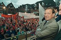 """27 SEP 1995, NORDENHAM/GERMANY:<br /> Gerhard Schroeder, SPD, Ministerpraesident Niedersachsen, vor Arbeitern, die aufgrund des sog.""""Dolores Planes"""" um den Verlust ihrer Arbeitsplaetze in den DASA Werken bangen, Marktplatz Nordenham<br /> IMAGE: 19950927-01/06-13<br /> KEYWORDS: Gerhard Schröder, Demo, Demonstrant, demonstrator, worker"""